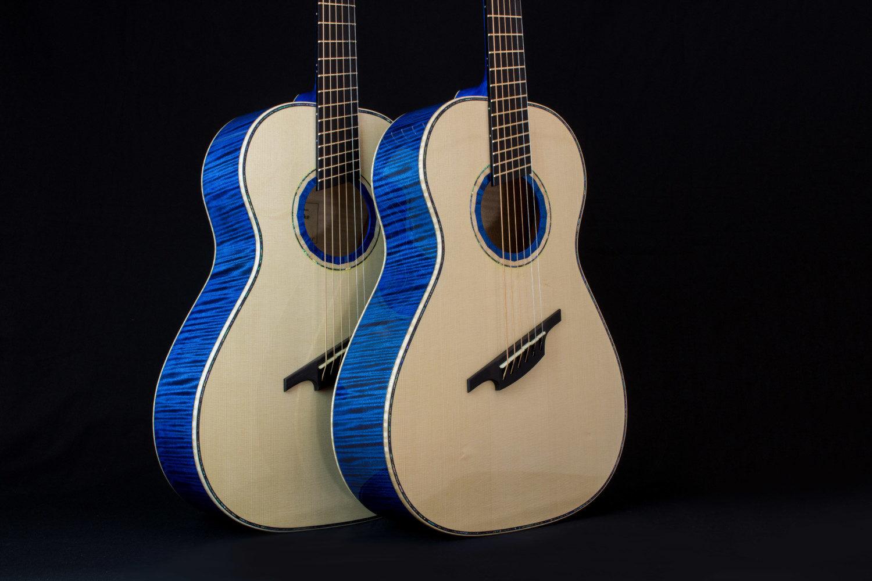 Zwei blaue Gitarren, baugleich, Fächerbünde